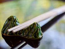 *【食事処(夫婦岩箸置き)】お客様とお料理を結ぶ夫婦岩