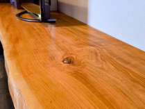 *【部屋】それぞれのお部屋の名前にちなんだ木材を使用したカウンター