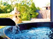 【かえで(露天風呂 一例)】客室に、日本庭園を眺めてゆったり入れる露天風呂がございます。