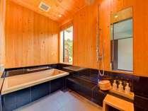 【内風呂】木曽檜の香りに包まれて、心も休まります。