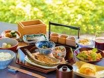【朝食】朝日の庭園を眺めながら、こだわりの朝食