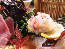 *一匹まるごとをさばいた伊勢海老の活き造り。プリプリとした食感がたまらない一品。(お夕食一例)