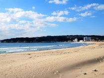 *白い砂浜の御宿海岸。