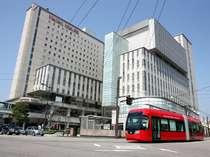 マンテンホテルと万葉線電車「アイトラム」