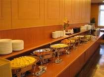 ご朝食は和洋のバイキングです。お好きなものをご自由にお召し上がり下さいませ。時間6:30~9:00