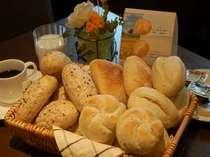 無料の朝食バイキングにはヨーロッパより直輸入した4種類の無添加パンも召し上がれます。