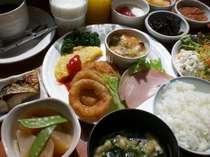 ご宿泊の皆様に嬉しい朝食バイキング無料サービス♪ボリューム満点のお食事をお召し上がり下さい。