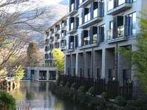 水上に浮かぶように佇むリゾートホテル