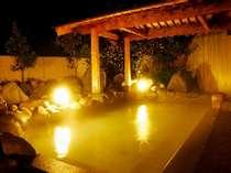 庄川の大自然に囲まれた露天風呂。