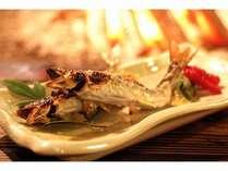 一本・一本、竹串に刺し、炭火でじっくりと焼き上げる鮎の炭火焼き。アツアツの鮎をご賞味ください。