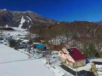 北信五岳のひとつ、飯縄山の麓に広がる高原野菜畑。そんな自然のなかにあります。赤い屋根が目印です!
