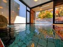 湯口から流れる天然温泉は24時間お楽しみ頂けます。