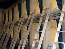 ドミトリーはカーテンと壁で区切られているのでプライバシーが確保されています。