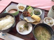 【朝食一例】朝ごはんの和朝食。高台から眺める最高の景色を楽しみながらお召し上がりください。