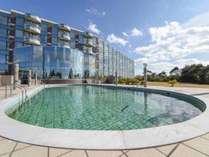 *【屋内プール】高台にある当館のプールは開放感たっぷりで気持ちいいとご家族に大人気。