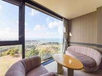 *【ツインルームの眺望】高台から見下ろすオーシャンビューをお楽しみいただけます。