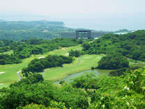 【ゴルフコースの様子】高台の開放的なゴルフコース。海を望む気持ちのよいゴルフ場。