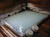乳白色のかけ流し温泉があふれる浴室