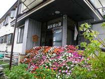 春から秋の玄関前は花いっぱいでお迎えいたします。