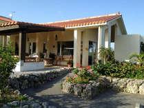 *【外観】赤瓦を記帳とした建物は、ブラジルと沖縄をイメージした和洋折衷の造りになっております