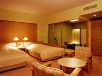 セミダブルツインベッドと6畳和室を備えた部屋