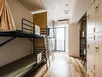 【部屋全体】お部屋はオートロックドアでダイヤル式貴重品ロッカー完備で安心!