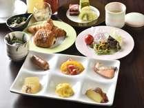 テーブルにサービスされるおすすめの一品も楽しみ!和洋朝食バイキングの盛り付け一例