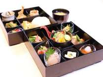 【ご朝食】は四季折々風味豊かな食材を、丹精込めておつくりした松花堂風のお弁当。ぜひ一度ご堪能下さい。