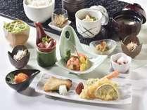 一品一品丹精込めてお作りしている和朝食「四季彩御膳」お召し上がり時はお弁当箱にてご提供いたします。