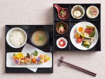 風味豊かな道産食材を使用した和朝食「四季彩御膳」。新メニュー「おいなりのイロイロサラダ」登場!