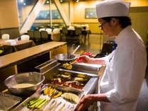 ダイニングレストラン「星の船」では調理人がお客様の前で天婦羅を揚げています♪