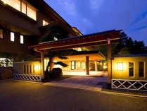 夕暮れ時の 浅間温泉「山映閣」の外観です。みなさのお帰りをお待ち申し上げております。