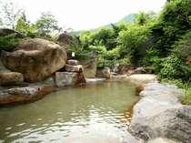 趣きの異なる2つの巨石露天風呂は男女入れ替え制。