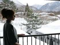 本館和室からの眺めは一面、銀世界