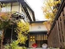 錦秋の頃 奥飛騨の山並みも日々色を変えその美しさは圧巻です。