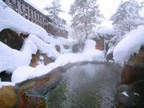 真っ白の雪を眺めながらの露天風呂は格別の気持ちよさ。冬しか味わえない贅沢です。