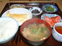 朝食は和食です。貝汁 卵焼き お漬物 赤ちくわ 昆布 フリカケ