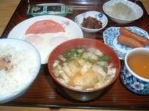 朝食は和食です。味噌汁 目玉焼き ウインナー 大根すり 漬物