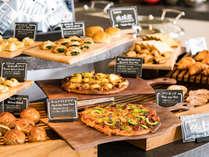 """【朝食】クロワッサンやバゲットだけでなく""""ピザ""""など、8種類以上のパンを毎朝焼き上げています"""
