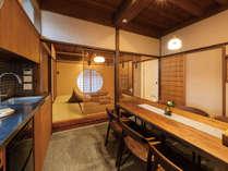 近江町市場にほど近く、金沢観光に非常に便利な場所に位置する「町家レジデンスイン くろほろ」