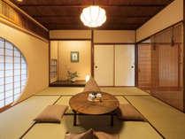 落ち着いた雰囲気の和室に、床の間と書家・荒川玄二郎氏の作品が華を添えます。