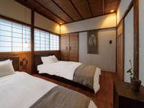 洋室には望月通陽氏による染色作品、和室には伝統工芸品の能登上布のタペストリーがかけられています。