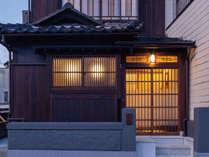 金澤町家らしい玄関。鬼瓦のモチーフは、雲の中を鶴が飛んでいく「雲中白鶴」。