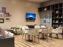 広々した空間の共用ラウンジ、お食事やご休憩にどうぞ