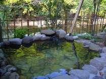 全ての離れには音・色・香りに癒されるセラピーの森に包まれた絶景の天然温泉掛け流しの露天風呂があります