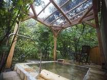 離れの3部屋にのみ付設。リラクゼーション効果と体に最も優しい入浴方法と云われるガゼボ寝湯付露天