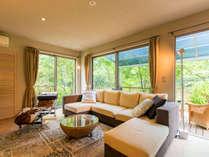 全室、プライベートの庭にテラス&天然温泉かけ流しの露天風呂が付く、緑滴るモダンスイートルームの離れ