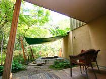 メゾネット・スイート「地」コンセプト 『森と清流』から眺める専用ガーデンと露天風呂