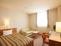 *客室例:シングルルーム(20平米)/ひろびろサイズのシングルルームにはソファもご用意。