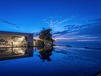 ハナリヴィラコウリの夕景。サンセットタイムは水盤に映る神秘的な景色をお愉しみいただけます。